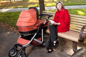 Коляска з люлькою добре захищає малюка від зовнішніх умов