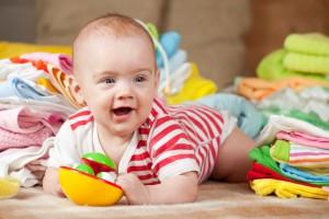 Стригти нігті на руках малюка потрібно 1-2 рази на тиждень ножицями з тупими кінчиками, щоб не поранити дитину