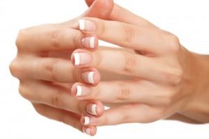 Розшарування нігтів супроводжують безліч факторів