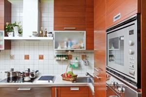 Досить складно поєднувати функціональність з комфортом в маленькій кухні, але можливо