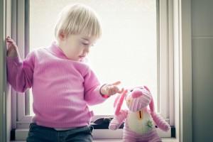 Дівчинці до п'яти років сподобається яскрава і барвиста м'яка іграшка
