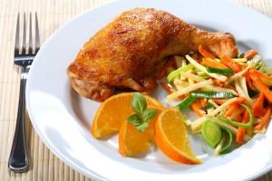 Подавай смажені курячі ніжки з овочевим салатом
