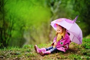 Дитину на весняну прогулянку слід одягати багатошарово, радять фахівці