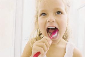 З якого віку чистити зуби дитині