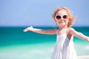На ніжну шкіру дитини, перед походом на пляж і виходом на прогулянку, слід наносити сонцезахисну косметику