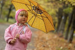 Як правильно одягнути дитину на прогулянку восени