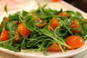 Салат з руколою, помідорами чері